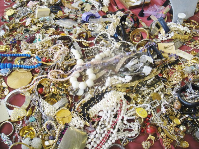 I WILL BUY VINTAGE COSTUME JEWELRY IN ANY CONDITION! 817 266